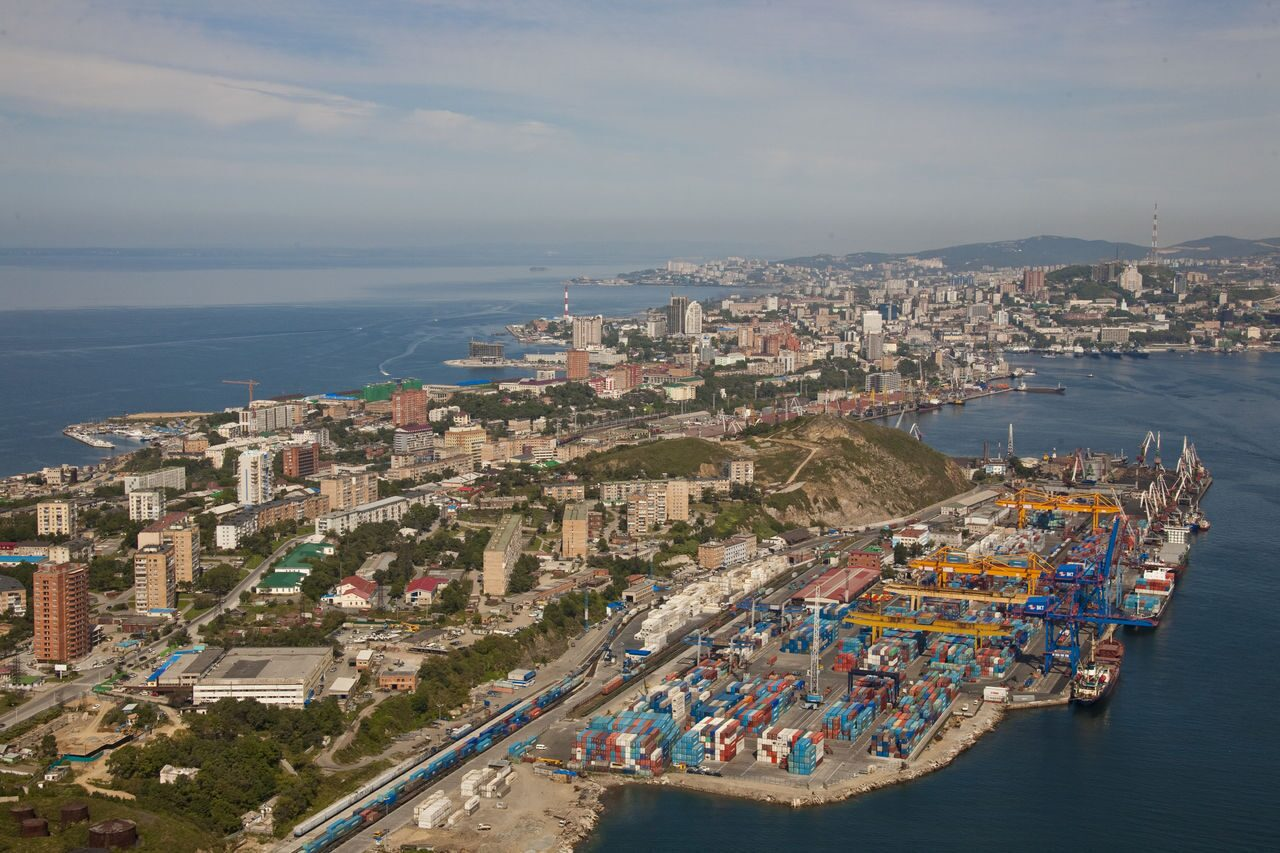 Egersheld_peninsula_and_Vladivostok_container_terminal